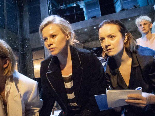 (vas.) näytelmän kolme sisarta: Irina (Marja Salo), Maša (Emmi Parviainen) ja Olga (Elena Leeve). Taka-alalla Soljonyi (Samuli Niittymäki) ja Tuzenbach (Olavi Uusivirta) Kuva: Tuomo Manninen
